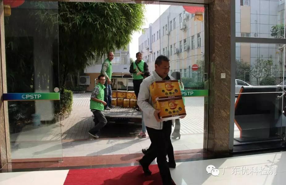 集团吴亮明董事长和义工一起搬运爱心红薯