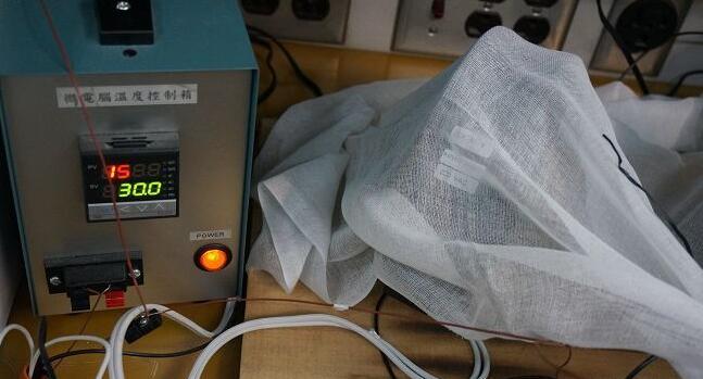 进行堵转测试中的马达。以纱布覆盖并不是为了防泄密,而是标淮的测试流程,其目的是模拟实际居家环境中,马达周边可能会有易燃的材质