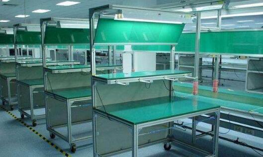 防静电工作台台面一般由防静电三聚氰胺高压装饰层压板为表面材料与木质材料复合制成。