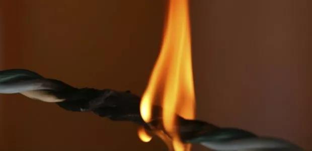 虽然含有卤化成分的电缆绝缘和护套具有更好的阻燃性,但在遇火后会释放具有毒性和腐蚀性的烟气